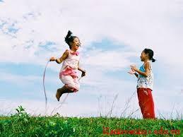 tả hai em bé đang nhảy dây trên sân trường
