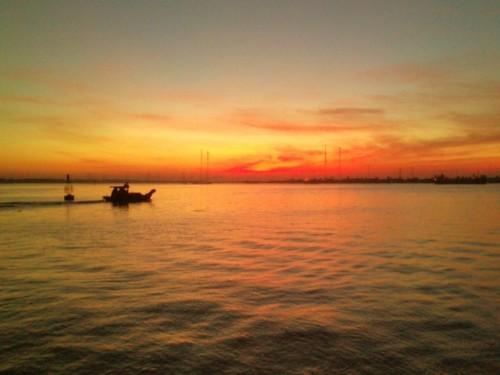 đôi nét về nguyễn minh châu và chiếc thuyền ngoài xa